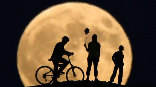 Las imágenes más impactantes del eclipse lunar más largo del siglo