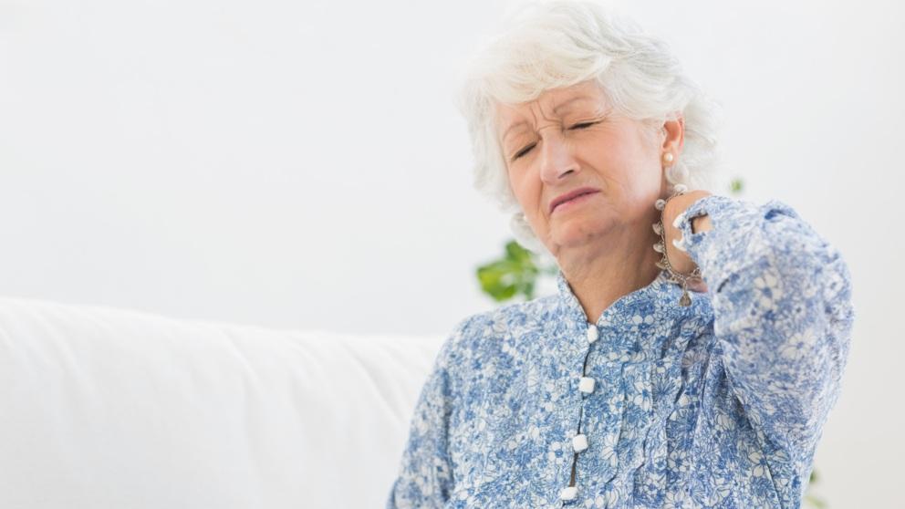 La polimialgia reumática es una enfermedad que ocasiona dolor y rigidez en cuello, hombros y caderas.