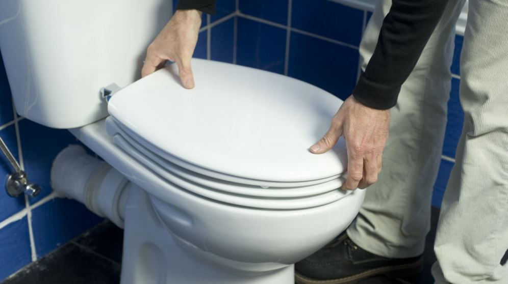 Cómo cambiar la tapa del inodoro paso a paso y de manera correcta