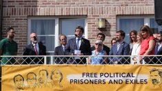 El fugado Carles Puigdemont, en el balcón de la casa de Waterloo, junto a Torra, Valtonyc y los ex consellers huidos.