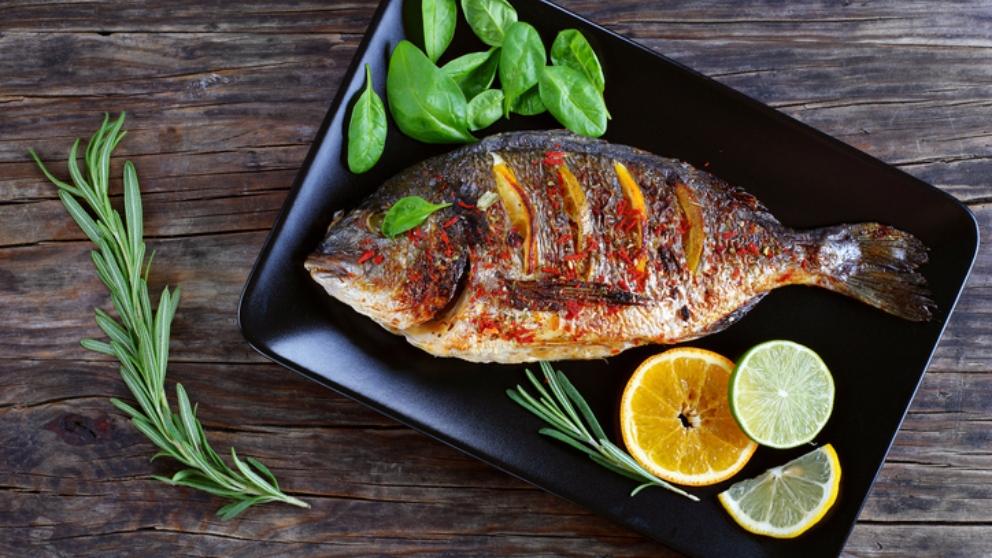 Receta de dorada a la naranja, un pescado que reinará en la mesa
