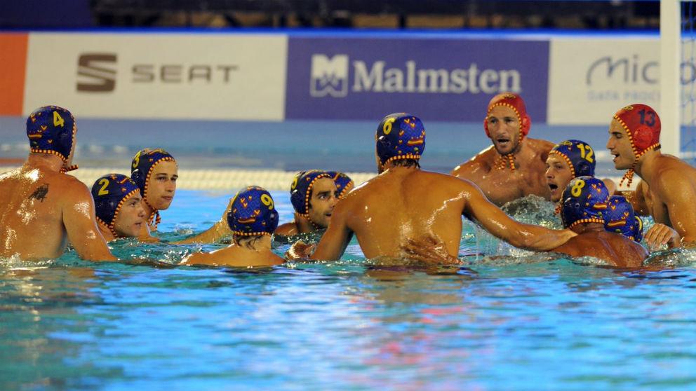 Los jugadores disputan un balón durante el España – Serbia de la final del Europeo de waterpolo.