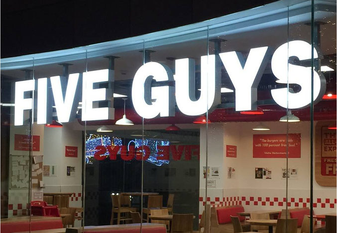 La hamburguesería favorita de Obama se expande en Madrid: Five Guys abre su sexto local