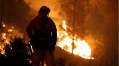 Un bombero durante los incendios en California.