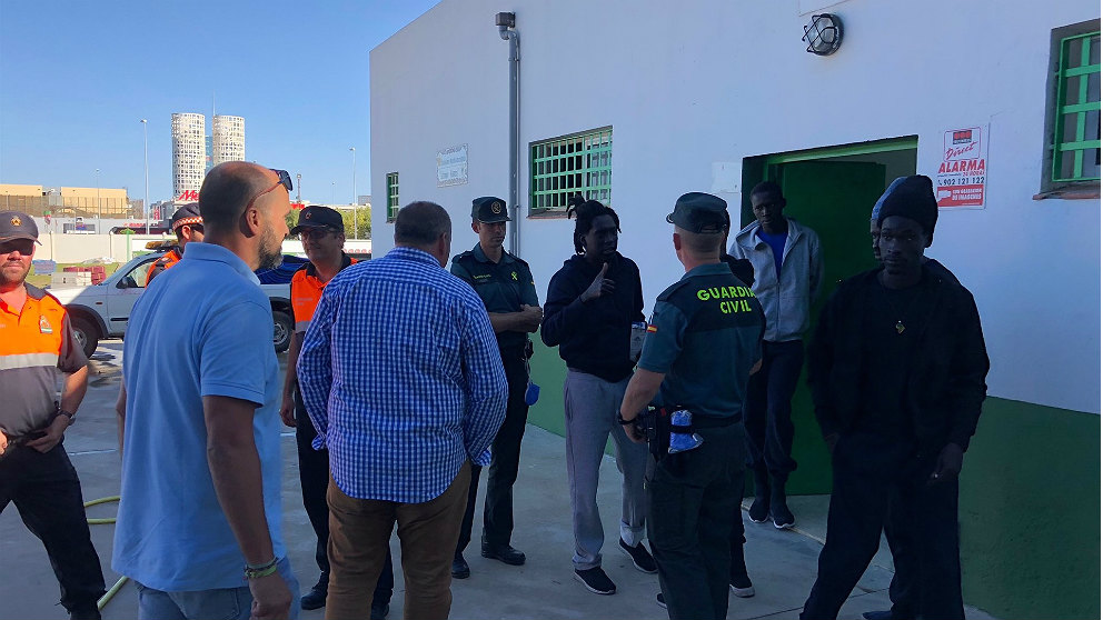 La Guardia Civil organiza la entrada de los más de 400 inmigrantes al pabellón de Los Barrios. (EP)