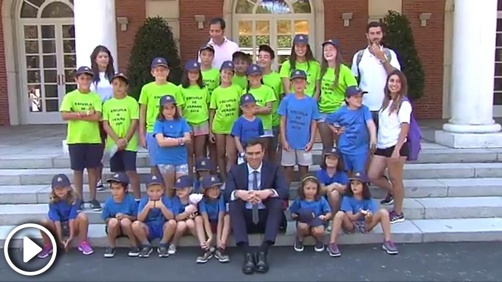 Pedro Sánchez, con los niños del campamento de hijos de empleados de La Moncloa.
