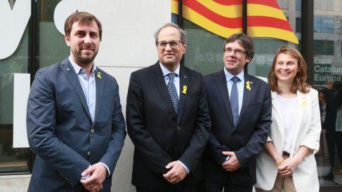 Quim Torra con los prófugos Toni Comín, Carles Puigdemont y Meritxell Serret. (Foto: AFP)