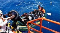 Inmigrantes rescatados por una embarcación de Salvamento Marítimo. (EP)
