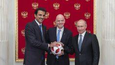 El Emir de Qatar, junto a Infantino y Putin. (Getty)