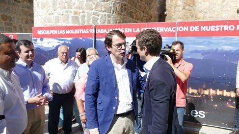 Alfonso Fernández Mañueco y Pablo Casado, en Ávila. (EP)