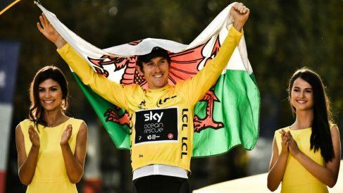 Geraint Thomas, con el maillot amarillo y la bandera de Gales. (AFP)