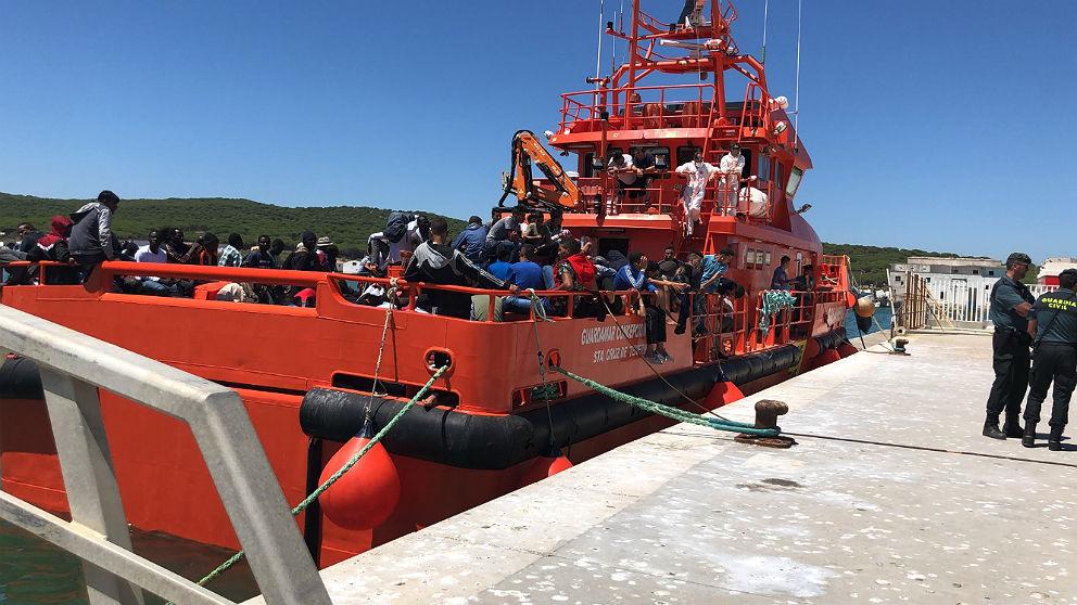 Decenas de inmigrantes a su llegada a Barbate en un barco de Salvamento Marítimo.