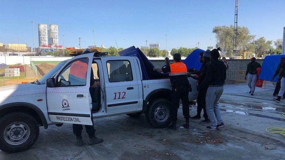 Protección Civil entrega ayuda para la manutención de los inmigrantes alojados en Los Cortijillos de Los Barrios (Cádiz). (EP)