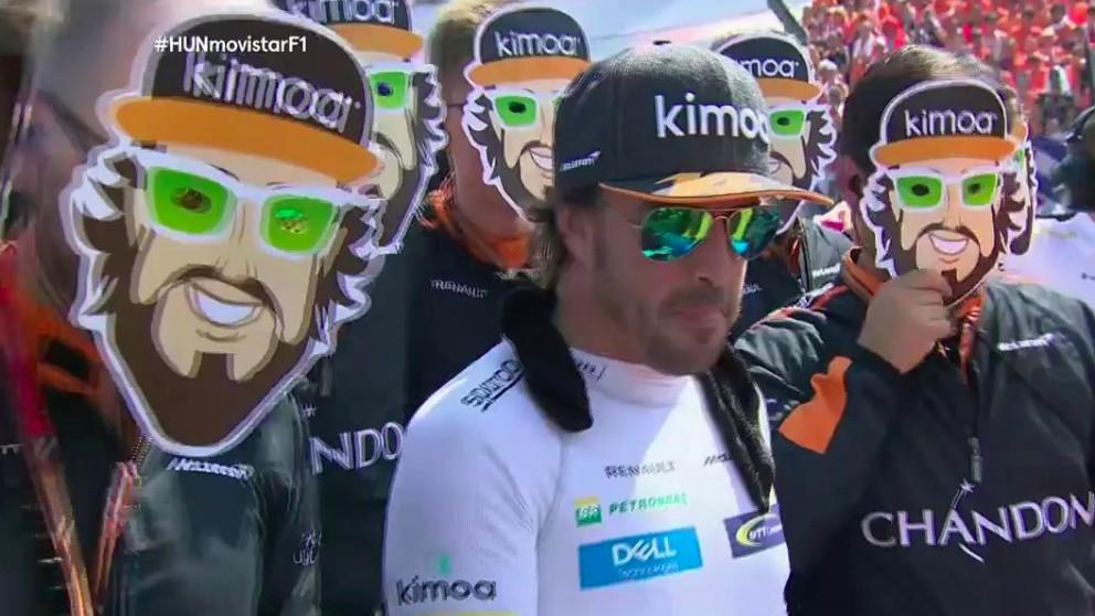 Los miembros del equipo de Alonso se ponen caretas por su cumpleaños.