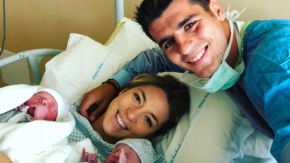 Morata y Alice Campello junto a sus dos hijos, Alessandro y Leonardo.