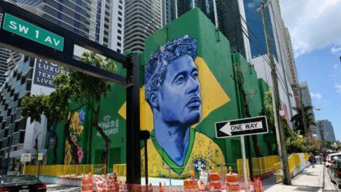 Neymar, representado en un mural en Miami junto al hotel del Real Madrid.