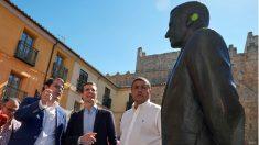 Pablo Casado, junto a la estatua de Adolfo Suárez en Ávila. (EFE)