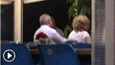 El juez Pablo Llarena, cenando con su esposa, el líder del PP en Barcelona, Alberto Fernández Díaz, y la mujer de éste en Palafrugell (Gerona). (OKD)