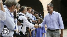El Rey Felipe VI y la princesa Leonor saludan a la prensa en el Palacio de la Almudaina, en Palma. (EFE)