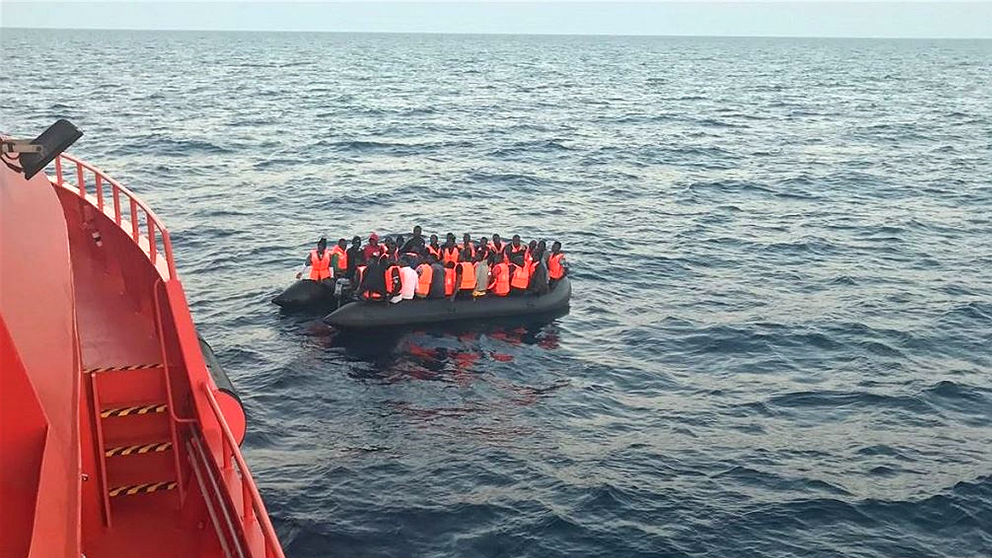 Un barco de Salvamento Marítimo rescata una patera neumática. (EP)