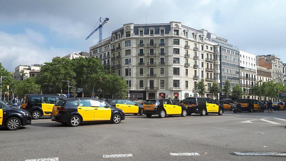 Cientos de taxis en Barcelona cortando la Gran Vía. (EP)