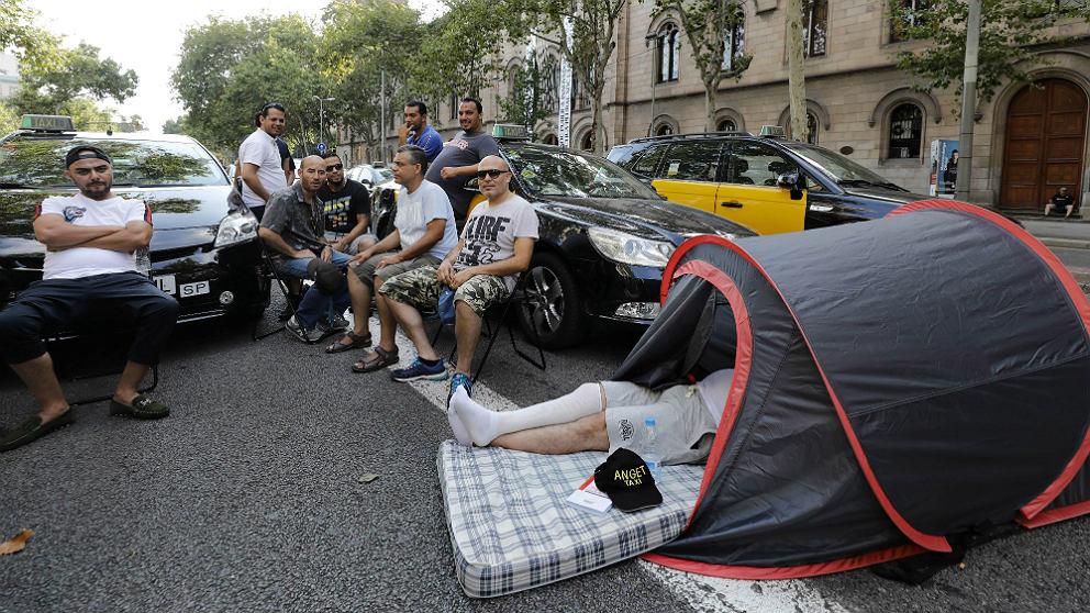 Taxis y taxistas ocupando la Gran Vía de Barcelona. (EFE)