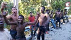 Inmigrantes subsaharianos durante el asalto a la verja de Ceuta. (Javier Sakona / EP)