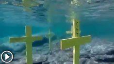 Varias cruces amarillas colocadas en el fondo del mar con mensajes separatistas