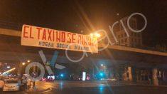 Pancarta colgada por Hogar Social en apoyo de los taxistas. (Fuente: OKDIARIO).