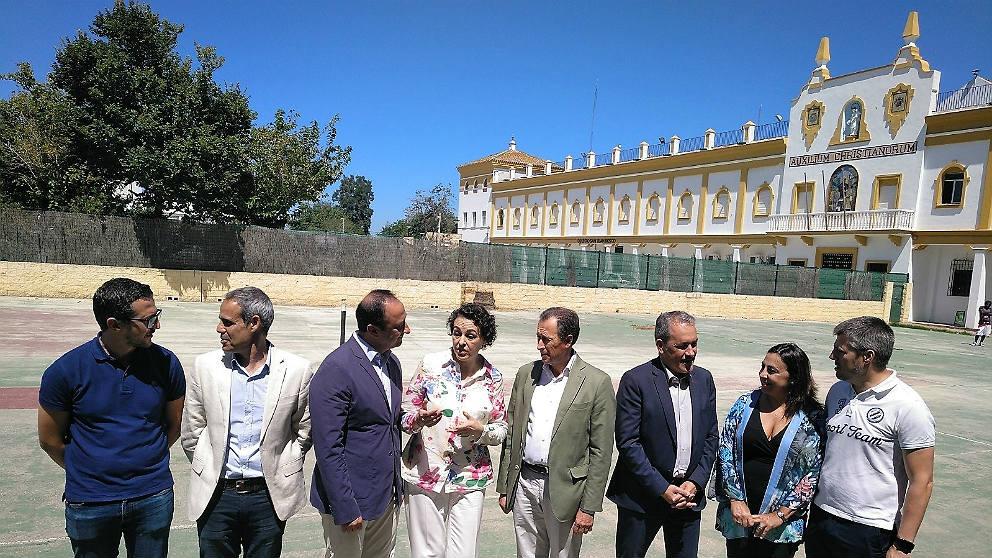 La ministra Magdalena Valerio, en el Colegio Campano de Chiclana, habilitado como refugio de inmigrantes. (EP)