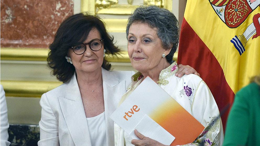La vicepresidenta, Carmen Calvo, y Rosa María Mateo, en su toma de posesión como administradora única de RTVE. (EFE)