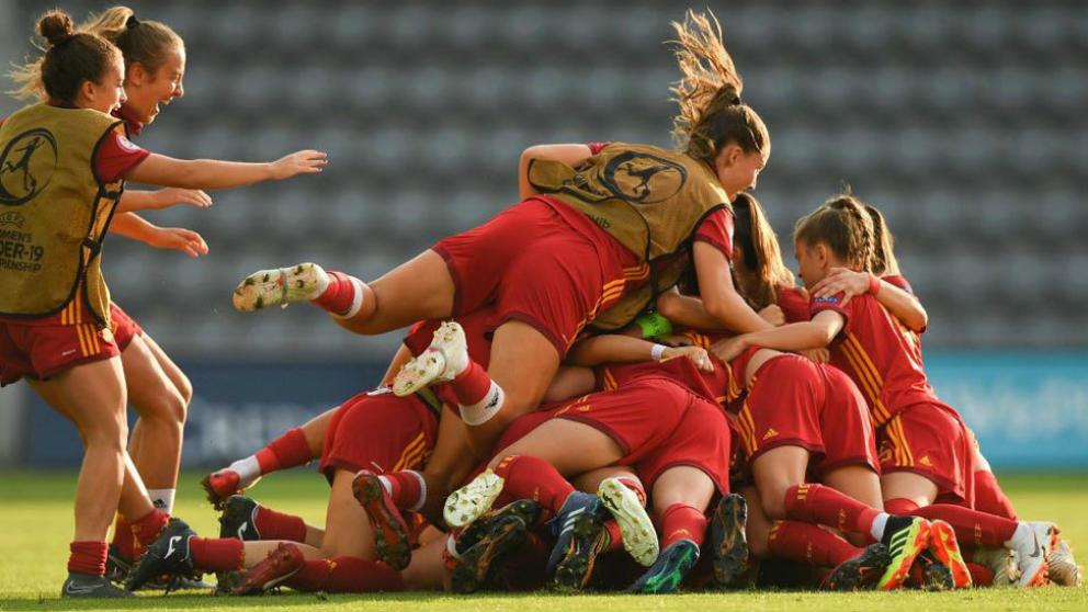 La selección femenina sub-19 celebran el triunfo de España.