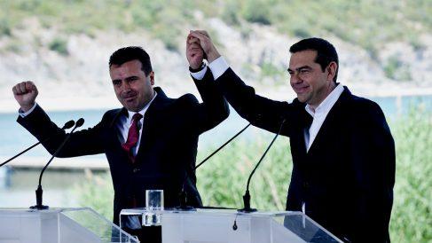 Zoran Zaev, primer ministro de Macedonia, y Alexis Tsipras, de Grecia, el día de la firma del acuerdo en el Lago Prespes. (AFP)
