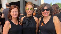 Begoña Alegría (centro) vestida de negro contra la manipulación en RTVE.