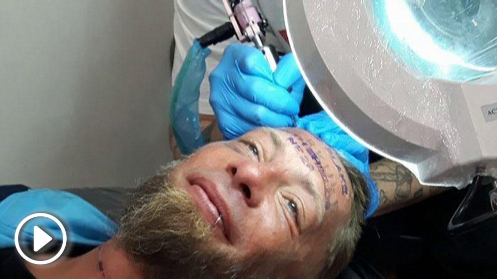 Turistas británicos pagan para que un indigente se tatúe la frente.