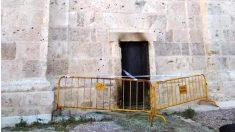 Una de las puertas de la Catedral de Valladolid quemada. (EP)