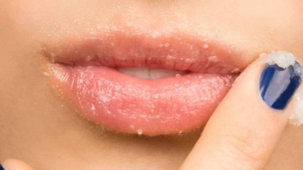 Cómo hacer un exfoliante de labios casero con remedios naturales