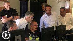 Fernando Grande-Marlaska y Alfonso Rodríguez Gómez de Celis, en Algeciras supervisando el dispositivo de inmigración. (EP)