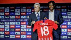Gelson Martins posa junto a Cerezo con la camiseta del Atlético. (EFE)