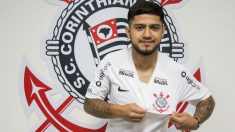 Sergio Díaz posa con la camiseta del Corinthians. (Foto: Corinthinas)