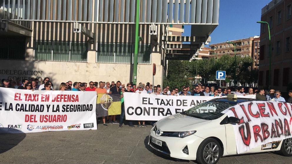 Los taxistas se concentran ante la Subdelegación en su segundo día de paro en protesta contra los VTC (Foto: Auttacor)