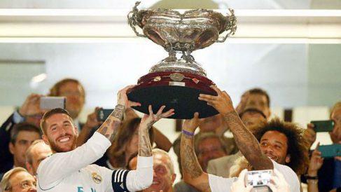 Sergio Ramos y Marcelo levantan el Trofeo Santiago Bernabéu. (realmadrid.com)