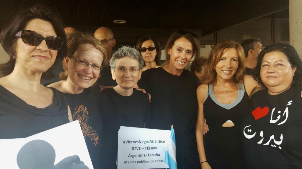 Yolanda Sobero, tercera por la izquierda, en uno de los 'Viernes Negros' de RTVE (Foto: @fatimahdezr vía Twitter)