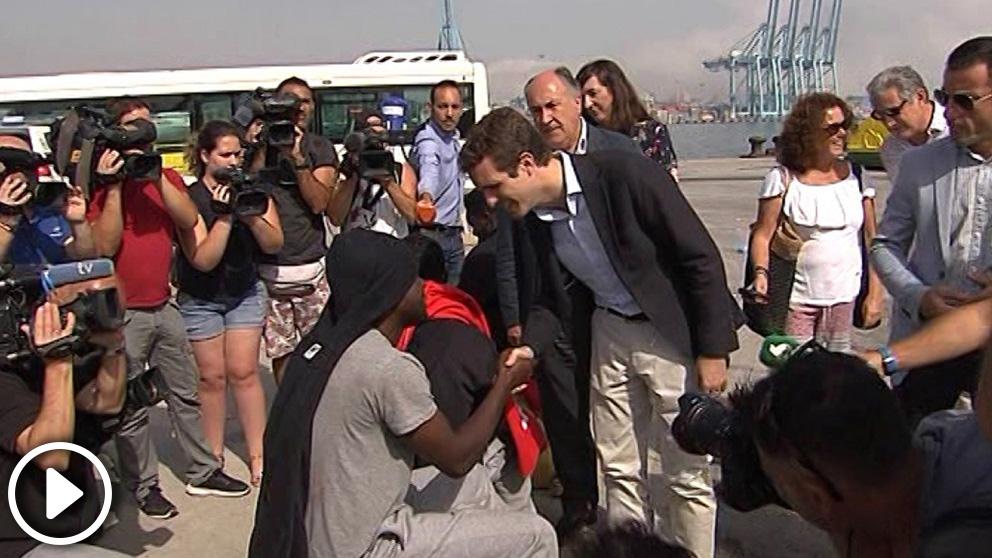 Pablo Casado saluda a un grupo de inmigrantes en Algeciras (Cádiz). Foto: Europa Press