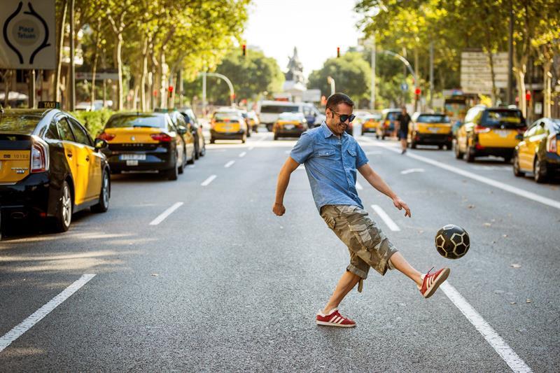 Un taxista juega a la pelota durante la huelga de taxis en Barcelona. (EFE)