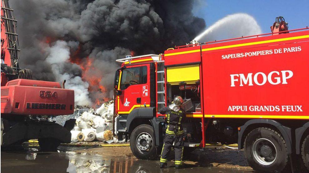 Bomberos apagando el incendio en un aeropuerto.
