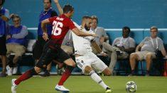 Benzema intenta un remate frente al United. (AFP)