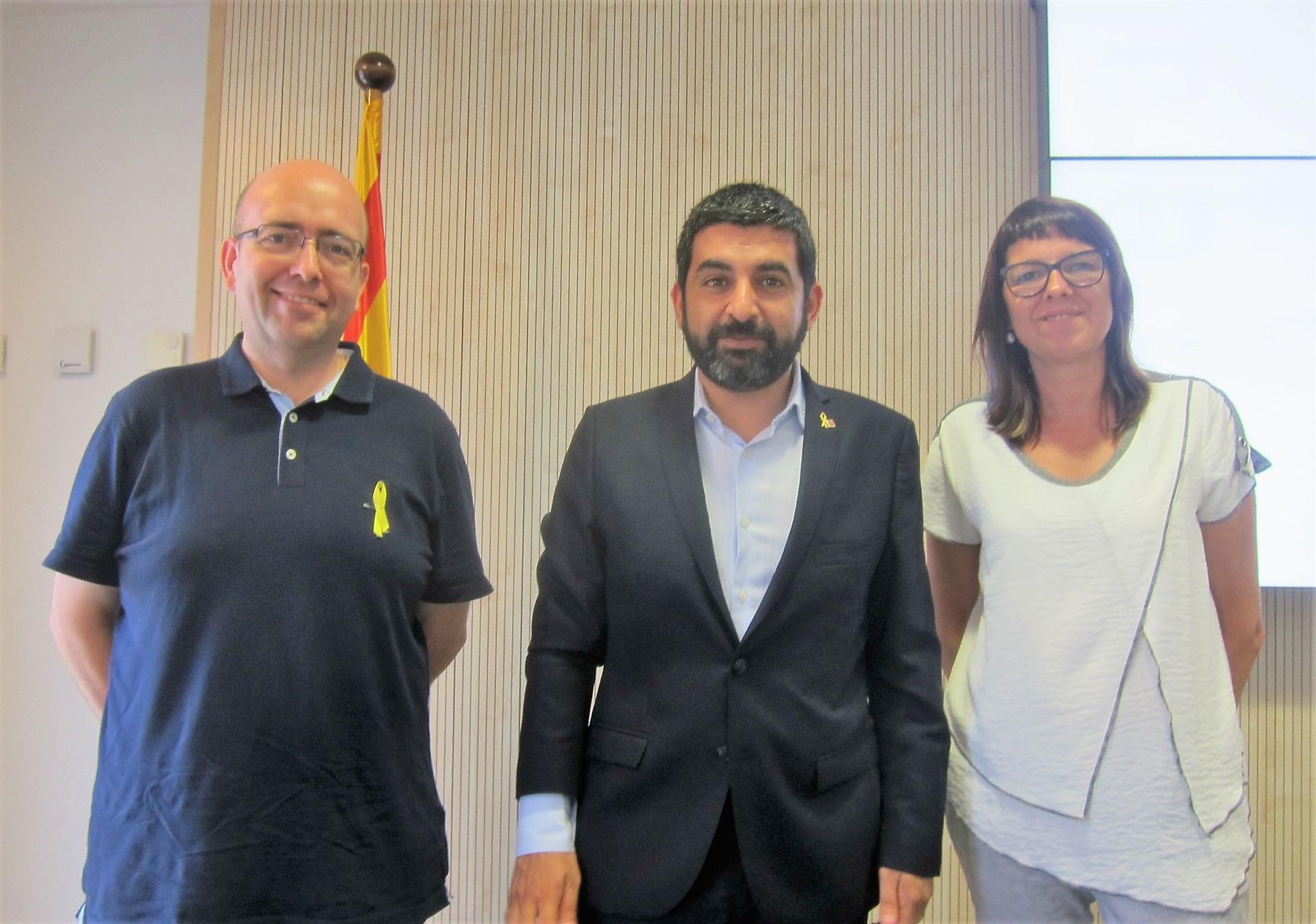 El conseller Chakir el Homrani, con otros promotores de la iniciativa. (EP)