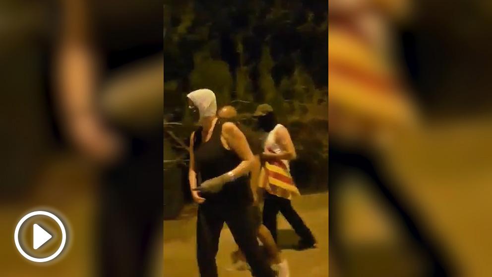 Un grupo de constitucionalistas quitando esteladas en Verges (Gerona)