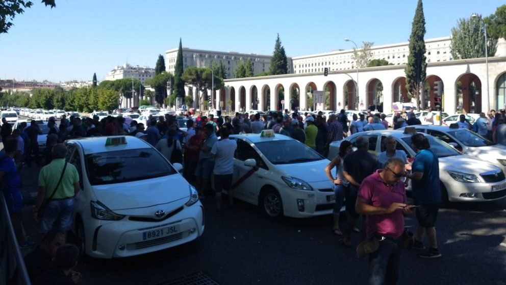 Los taxistas 'acampados' en el Paseo de la Castellana. (Fuente: EuropaPress).